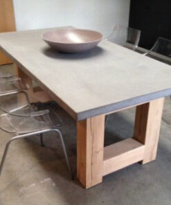 betontafel met twee eiken zuilen