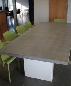 betontafel met stalen zuilen