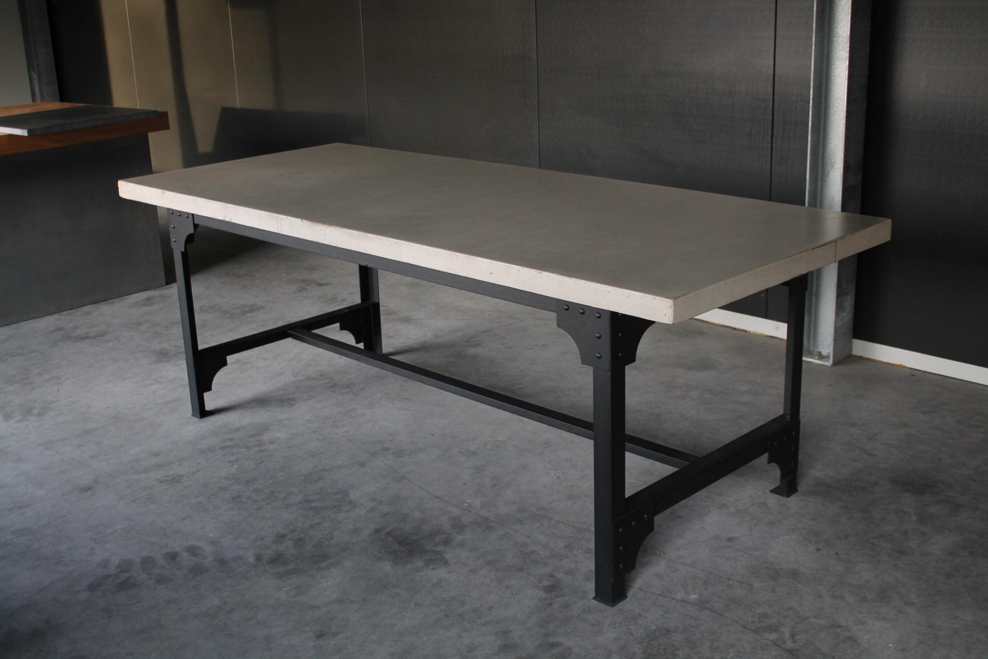 Betontafel met stalen onderstel eiffel industrieel luxe tafels