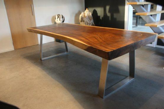 Suarhouten tafel met RVS Strip trapeze