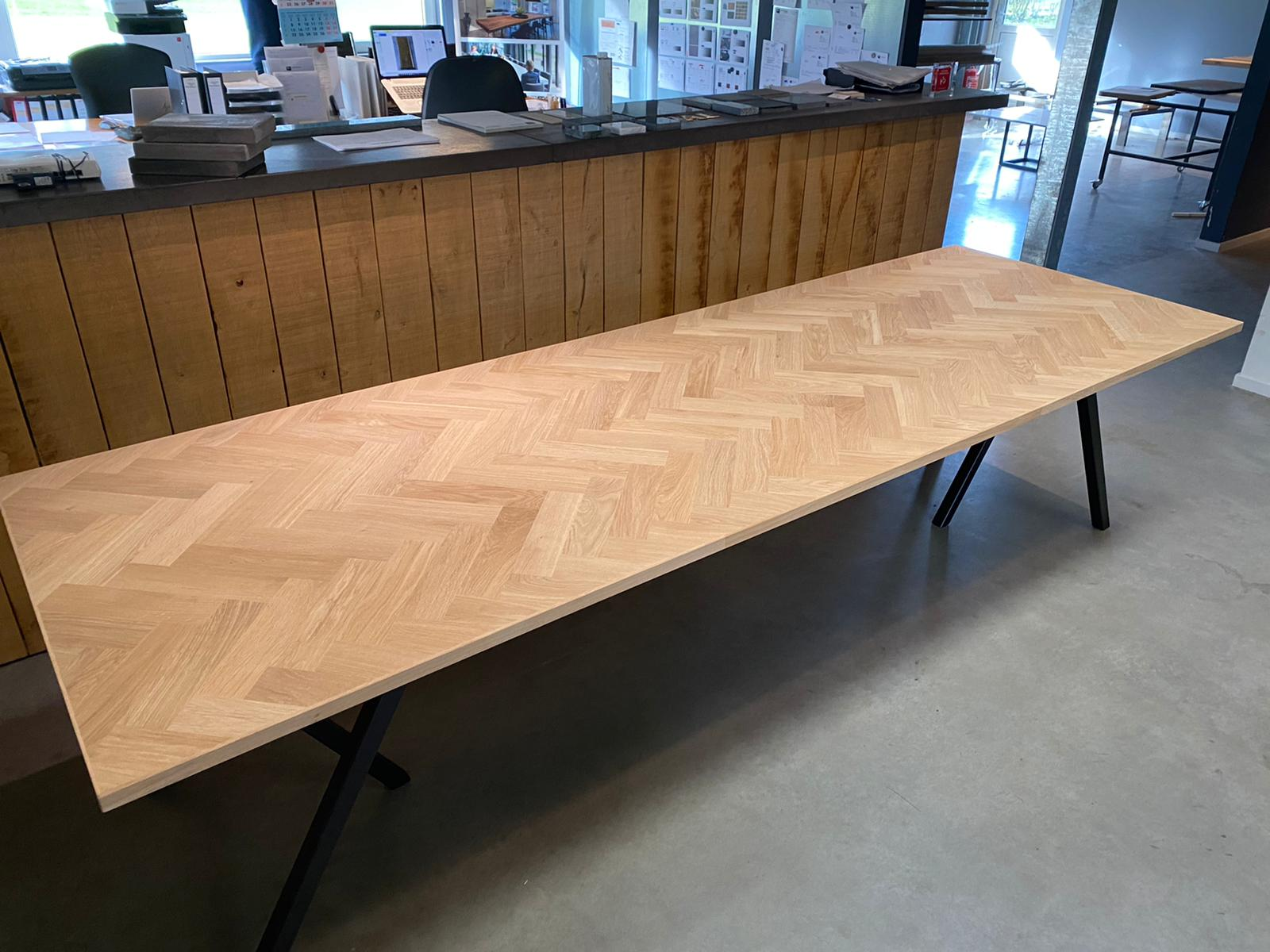 Eiken visgraat tafel
